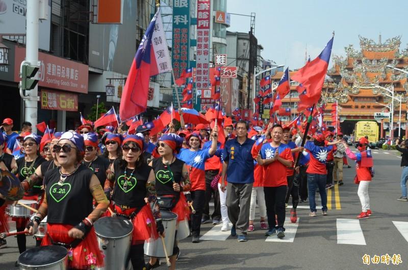 屏東韓國瑜競選總部舉辦國慶踩街活動,數百位藍營支持者,揮舞國旗隨著鹽埔千歲森巴舞團的鼓聲遊行屏東市區,營造熱鬧氣氛。(記者李立法攝)