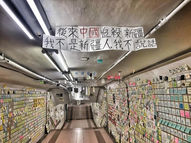 民眾藉由連儂牆訊息呼籲台灣社會關注香港反送中抗爭。(圖擷取自行走的故事詩2.0/yanwu)
