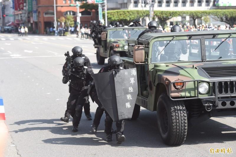 海軍陸戰隊特勤隊透過三種防恐攻堅的操演,展現出保衛家國的實力。(記者簡榮豐攝)