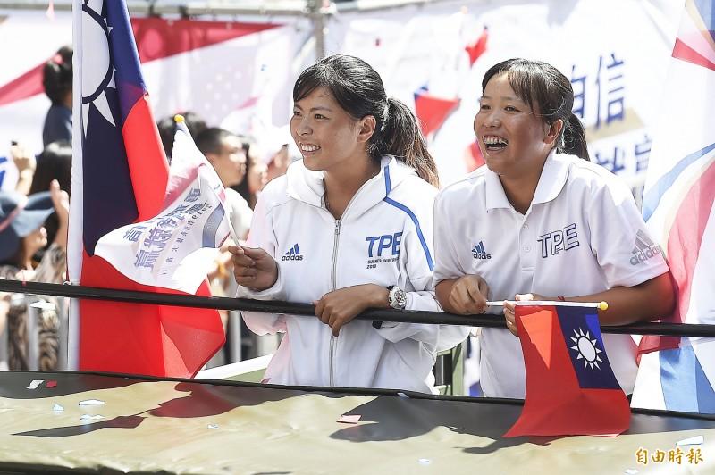 網球女雙銀牌李亞軒(右)與李珮琪(左)。(記者陳志曲攝)