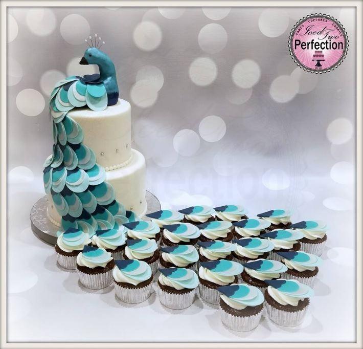 美國喬治亞州的準新娘戴維斯(Rena Davis)為了婚禮,特別拿著網路上看到的「藍孔雀翻糖蛋糕」照片,向烘焙師訂製相仿的「優美藍孔雀」翻糖蛋糕。(圖擷取自臉書)