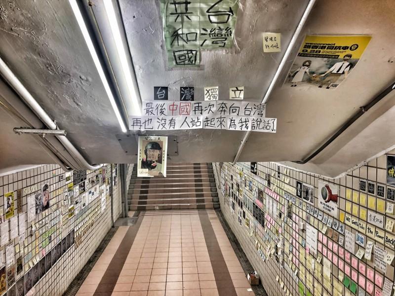 連儂牆天花板最後一段訊息,讓不少網友感到具有警惕意味。(圖擷取自行走的故事詩2.0/yanwu)