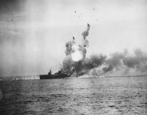 「聖羅號」遭到一架零式戰機撞上飛行甲板,引發大爆炸,僅半小時就沉沒。(圖擷自Wiki)