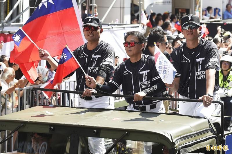 12強台灣棒球代表隊總教練洪一中(中)與教練王建民(右)、黃甘霖(左)。(記者陳志曲攝)
