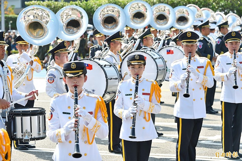 Members of the Joint Military Marching Band play during yesterday's Double Ten National Day ceremony in front of the Presidential Office Building in Taipei. Photo: Tu Chien-jung, Taipei Times