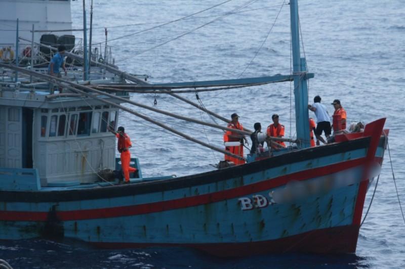 海巡署人員強行登檢非法捕魚的越南籍漁船。(資料照)