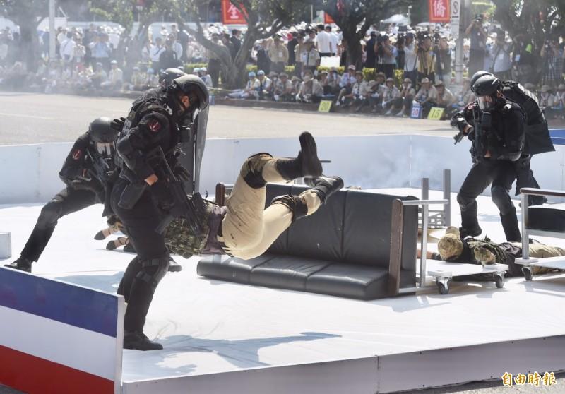 恐怖份子欲奪取槍枝,陸戰特勤隊運用近身格鬥制伏。(記者簡榮豐攝)