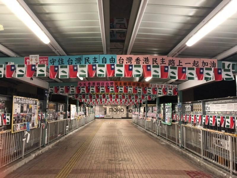 港民自發性發起「港台連線、雙十國慶」等系列活動,今日香港街頭可見「青天白日滿地紅」國旗。(圖擷取自臉書)
