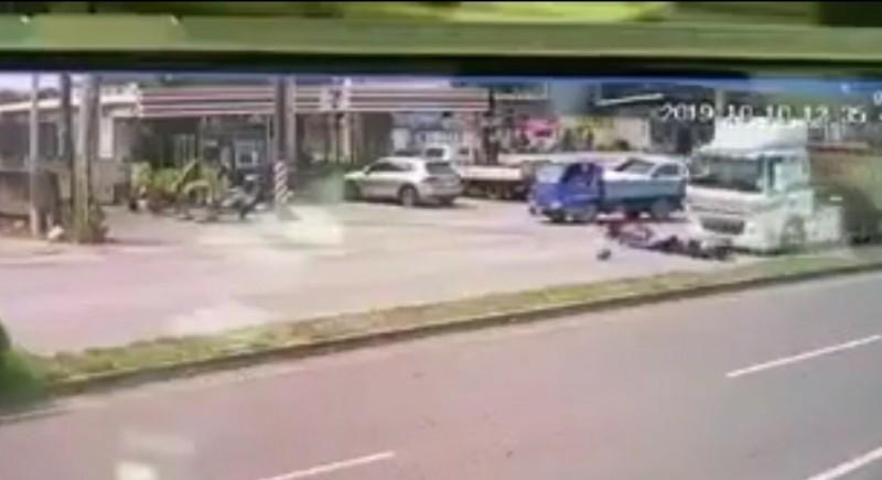 砂石車行經事故現場剎車不及輾壓過摔到內線車道的張女及魏女,造成2人當場死亡。(記者黃淑莉翻攝)
