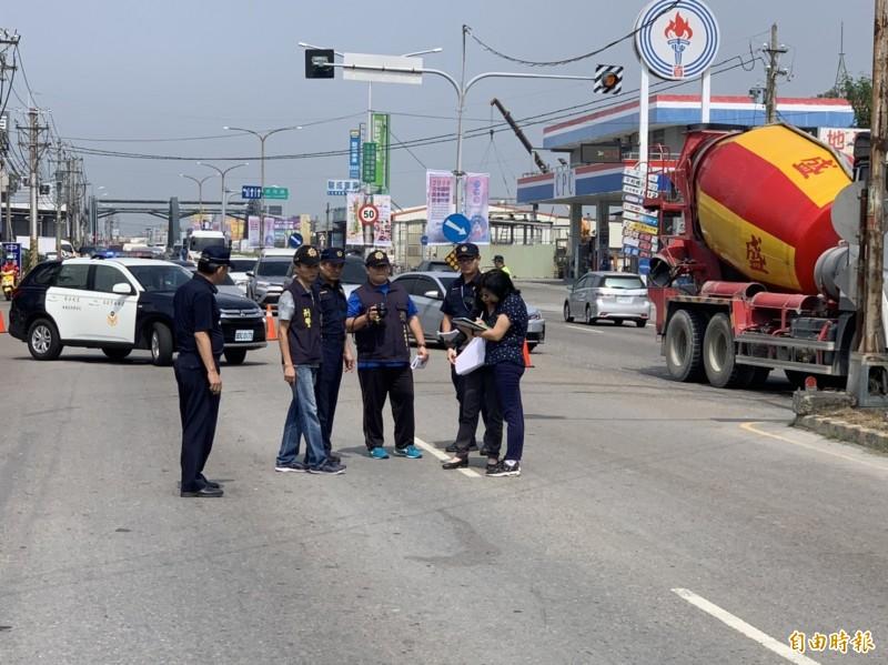 雲林檢警今天早上到事故現場模擬。(記者黃淑莉攝)