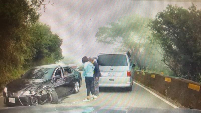 兩車對撞,轎車的左車頭受損,過程均被後方車輛行車記錄器拍下。(圖由廖姓民眾提供 記者佟振國翻攝)