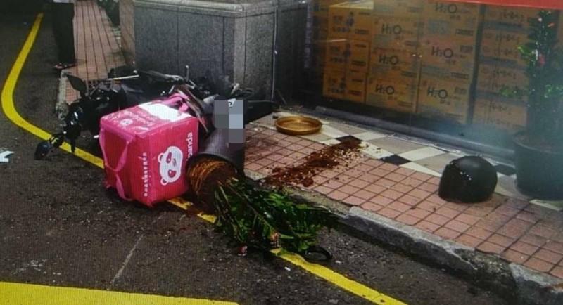 馬姓美食速遞外送員的機車嚴重毀損。(記者周敏鴻翻攝)