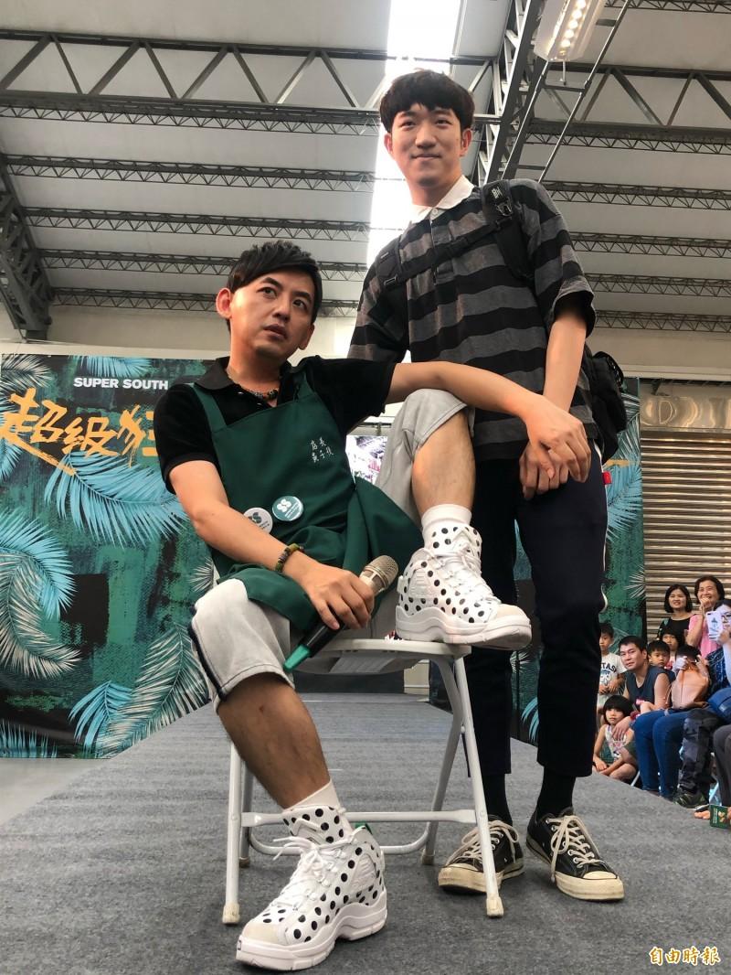 黃子佼走上超級伸展台教遊客如何假掰擺pose。(記者羅欣貞攝)