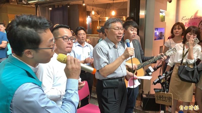 台灣民眾黨主席柯文哲在前行政院長賴清德的姪子、基隆仁愛區議員童子瑋(左2)陪同下參訪基隆委託行,柯還稱讚童子瑋是很有腦袋的年輕人,很有sense。(記者林欣漢攝)