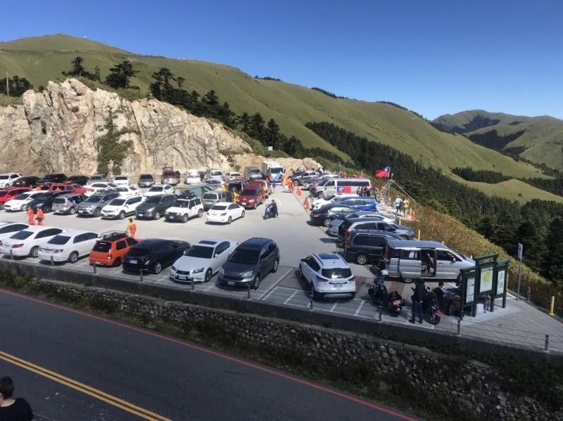 雙十連假合歡山湧入大批遊客,剛完成改建不久的武嶺停車場,從早到晚都是停滿滿。(民眾提供)