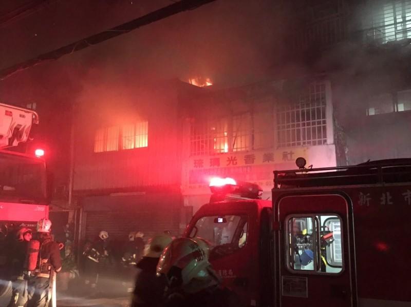 板橋區溪崑一街一棟透天2、3樓全面燃燒。(記者陳薏云翻攝)
