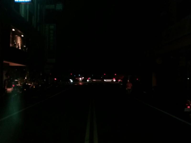 雲林斗南火車站周邊今天晚上突然停電,街道上漆黑一片。(民眾提供)