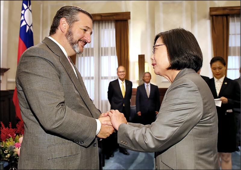 蔡英文總統(右)昨在總統府,接見美國聯邦參議院外交委員會成員克魯茲(左),克魯茲也是近35年來,首名來台出席國慶活動的美國聯邦參議員。(中央社)