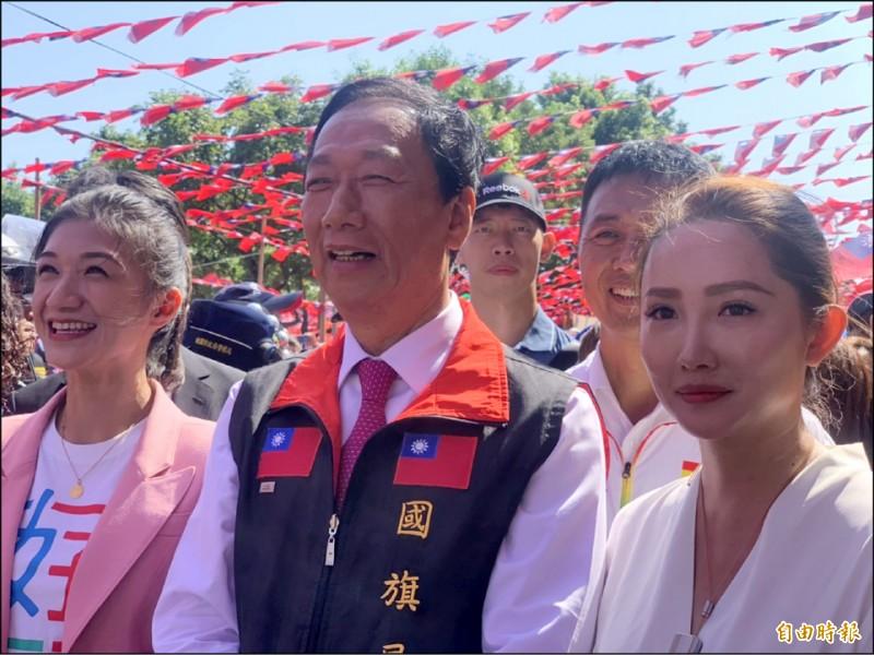 新加入郭家軍的兩位美女民代,嘉義市議員戴寧(左)、苗栗竹南鎮民代表陳怡樺(右)。(記者許倬勛攝)