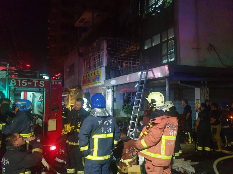 板橋溪崑一街今晚傳出火警,一度傳出2人受困,消防員攻上火場,救出受困女子。 (記者吳仁捷翻攝)