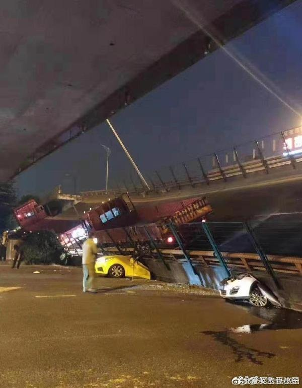 中國江蘇省無錫市10日晚間6時10分左右,有國道高架橋突然崩塌,砸中平面道路多部車輛。(圖取自微博)