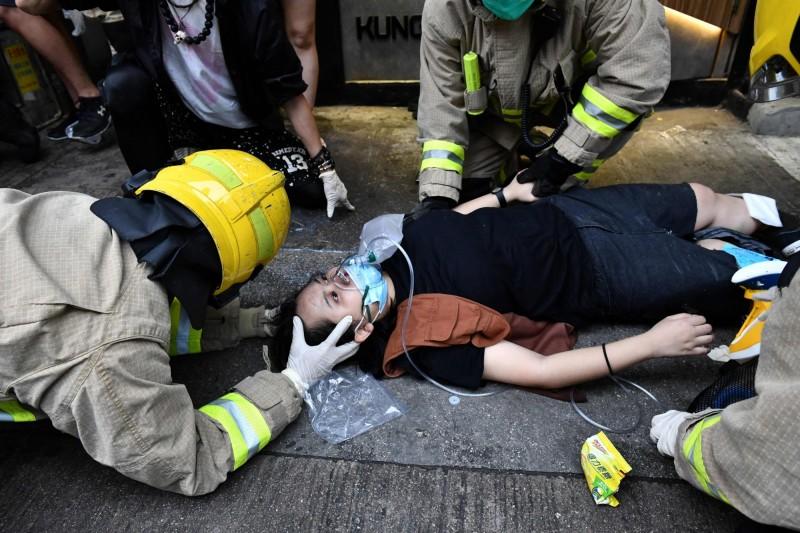 香港反送中人群遭計程車衝撞造成3人受傷(圖),親中派的「守護香港大聯盟」竟向運將捐款52萬港元(約新台幣203萬元)。(法新社)