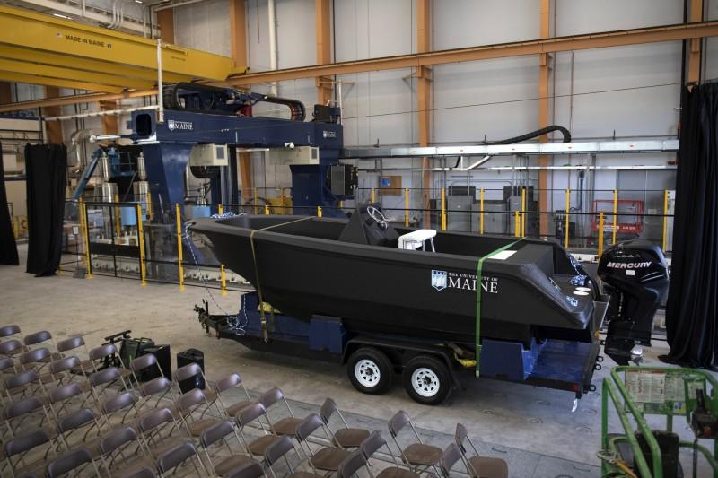 世界最大3D印表機製的列印船3Dirigo,昨天在美國緬因州歐羅諾鎮公開亮相,並下水航行,緬因大學一舉獲得3項金氏世界紀錄!(美聯社)