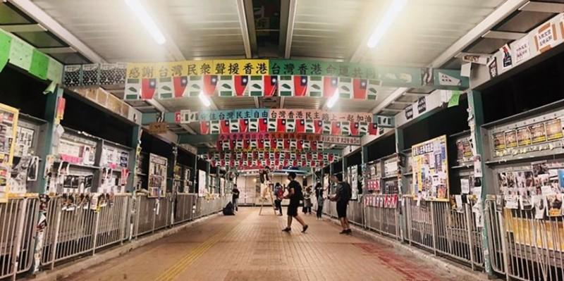 香港民眾自發慶祝台灣國慶,在旺角天橋懸掛中華民國國旗與台灣旗。(圖擷取自香港連儂牆 Lennon Wall Hong Kong臉書)
