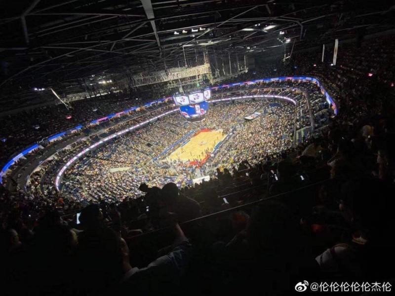中國官方、民間日前發起抵制NBA行動,不過10日在上海舉辦的NBA中國熱身賽,現場卻幾乎座無虛席。(擷取自微博)