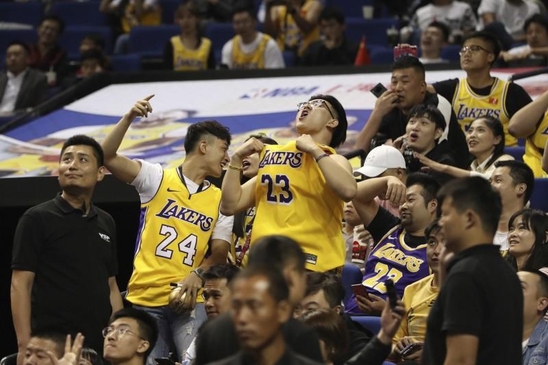 中國球迷的熱情不減,把握近距接觸球星的機會到場觀賽。(美聯社)