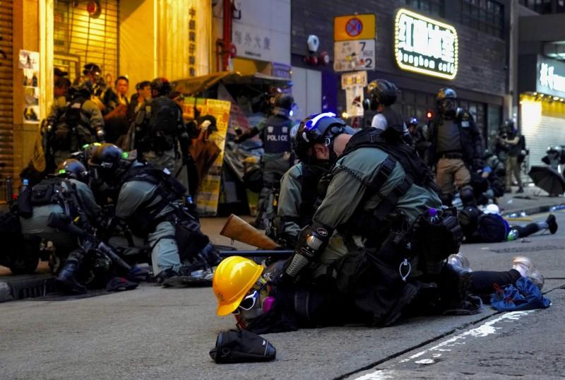 香港反送中運動4個月以來,港警一共逮捕2379人,其中750人竟然都是18歲以下的青少年。圖為港警壓制抗議人士。(美聯社)