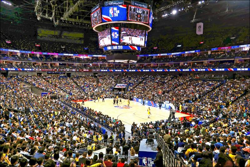 NBA中國季前賽10日晚間在上海開打,現場吸引接近滿座的球迷觀賽,絲毫不受官方揚言抵制的影響。籃網最終以114比111擊敗湖人隊。(路透)