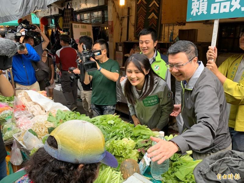 民進黨主席卓榮泰(右)陪同賴品妤到汐止市場拜票。(記者林欣漢攝)
