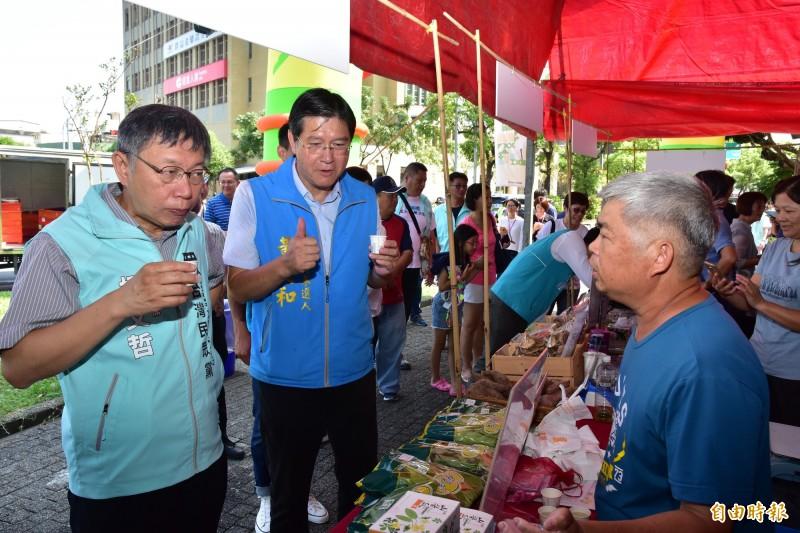 台北市長柯文哲,今陪同宜蘭縣立委參選人黃定和掃街,拉抬黃的聲勢。(記者張議晨攝)
