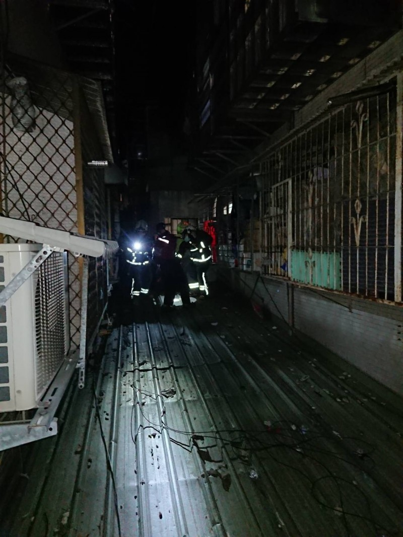 許姓男子訪友爬牆,從5樓墜落1樓雨遮,消防員到場救援。(記者吳仁捷翻攝)