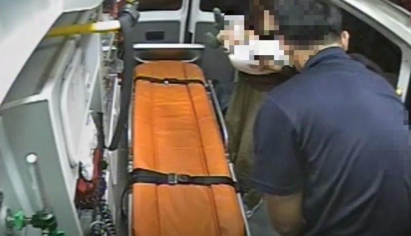 女嬰由媽媽抱上救護車送醫。(記者王峻祺翻攝)