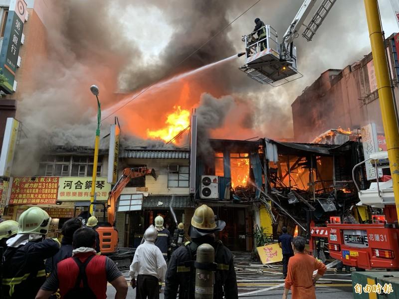 花蓮鬧區木造鐵皮平房起火,火勢一發不可收拾,已波及5戶。(記者王峻祺攝)