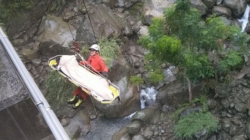 擦撞護欄摔落15米深溪谷 18歲騎士斷魂台3線大埔段