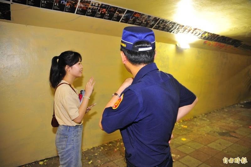 警方到場查案連儂牆被漆白的狀況。(記者王捷攝)