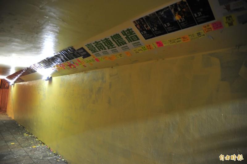 雖然牆壁被漆白,但是「台南連儂牆」的標題還留著。(記者王捷攝)