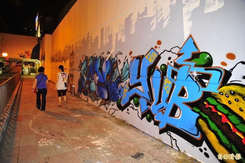 四維地下道的牆面開放給塗鴉客創作,文化局會定期刷白讓更多創作者有空間創作。(記者王捷攝)