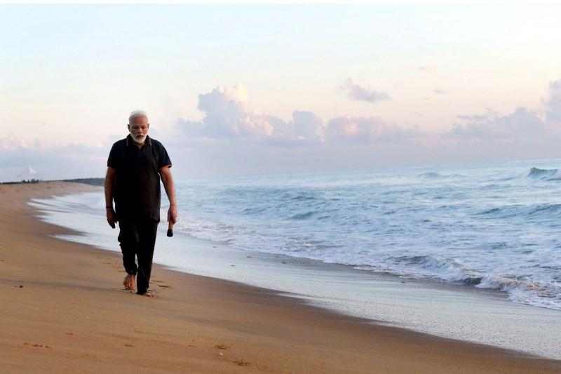 印度總理莫迪在風景秀麗的濱海小鎮馬馬拉普拉姆(Mamallapuram)會晤習近平,抽空到沙灘上將垃圾一一撿拾乾淨。(美聯社)