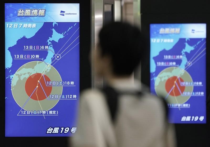 強颱哈吉貝(Hagibis)預計會在今晚登陸日本,日本氣象廳稱哈吉貝為61年來最強颱風,截止目前已經有1人死亡,且有100多萬人被當局建議撤離。(歐新社)