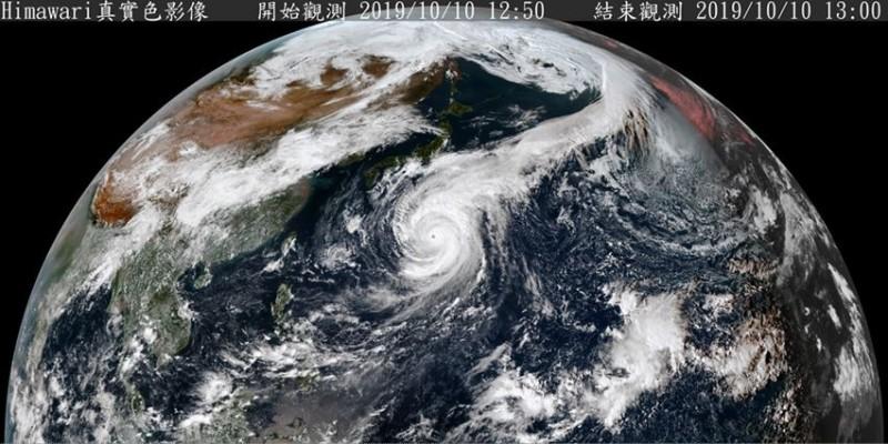 鄭明典解釋,衛星拍攝到哈吉貝颱風雲帶延伸至極地,這種情況是秋颱常有的特點。(圖擷取自中央氣象局)