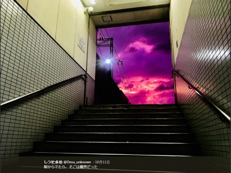 日本各地區有許多網友昨天捕捉到颱風來襲前的紫色天空,還有人在自己的照片開玩笑說,「出去車站,就到魔界了」。(圖擷取自Twitter「しう忙多坊」)