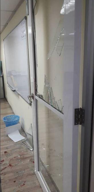在意外發生後,李姓學生的親友質疑學校玻璃門的安全性,希望馬國教育部能夠關注校園設備的安全問題。 (圖擷取自Twitter「Mohd Redzuan Abdul Manap」)