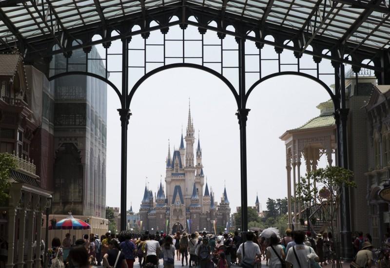 因哈吉貝颱風來襲,東京迪士尼樂園今(12)日全日停業,是開園以來首度因颱風而全日停業。(彭博)