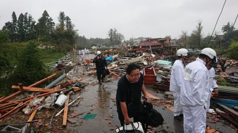 千葉縣市原市出現龍捲風,造成數棟房屋損毀。(圖擷取自推特)
