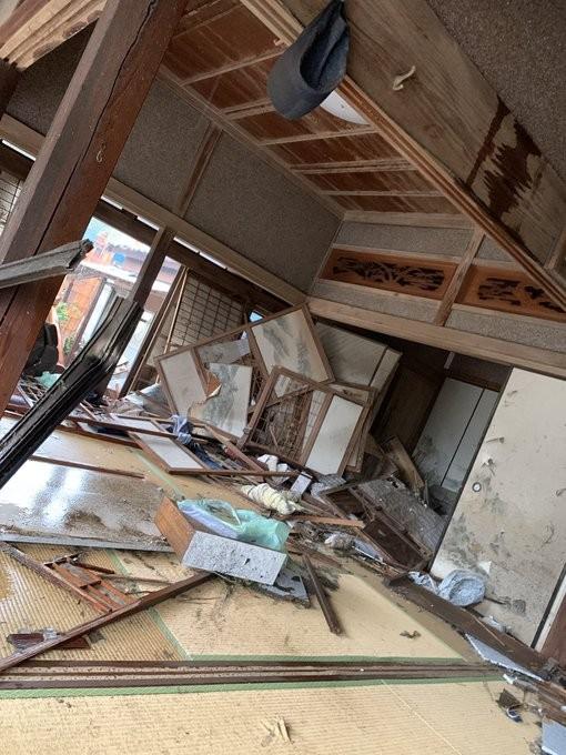 龍捲風破壞民眾房屋。(圖擷取自推特)