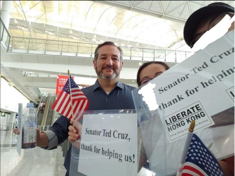 美國共和黨參議員克魯茲(Ted Cruz)今(12)日抵達香港,香港市民自費「買機票」接機。(圖取自臉書 香港自治行動)